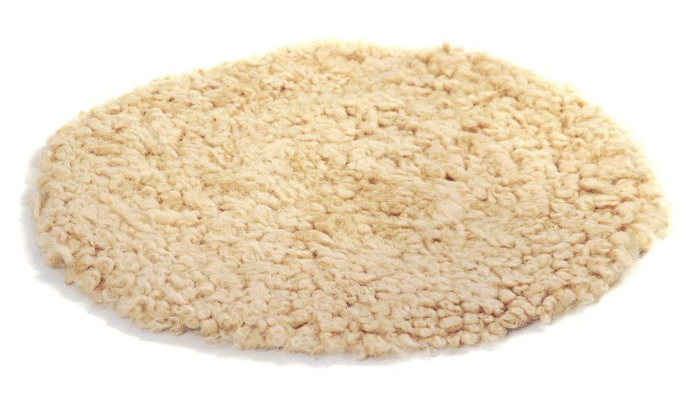 Krøllete rund stolpute i saueskinn - beige