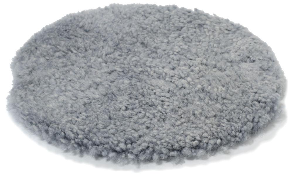 Krøllete rund stolpute i saueskinn - lysgrå