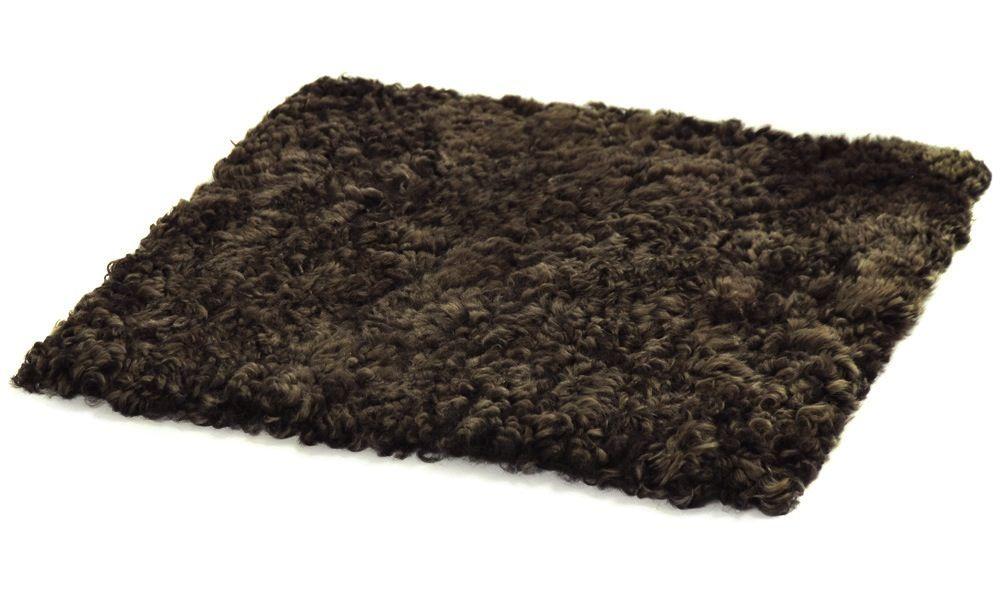 Krøllete firkantet stolpute i saueskinn - brunmelert